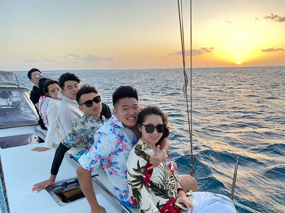Tourist rent a boat for birthday on oahu